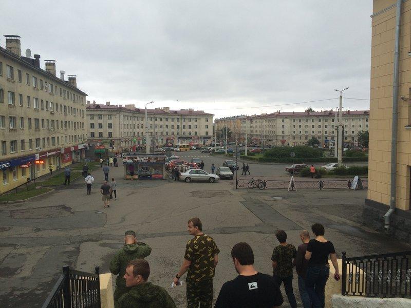 Собственно - площадь в Петрозаводске. Объект - продуктовый магазин находится справа, время на операцию около 20 минут, в длительные контакты с прохожими не вступаем)