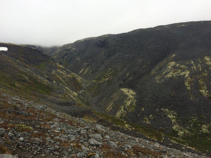 А вот вид слева, Исток Эльморайока. Здесь он шумит между камней, чтобы потом в долине, объединив в себе силу других ручъев, ледяной глубойкой струей войти в Сейдозеро